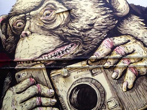 Affe mit Kamera lustiger Affe aggressiver Affe großes Graffiti Berlin haushohe Malerei Pavian Spiegelreflex