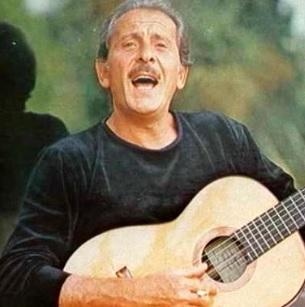 Foto de Domenico Modugno cantando en la vejez