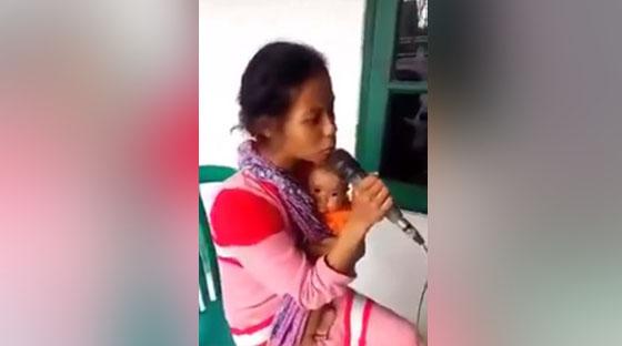 Video: Nyanyi Sambil Gendong Bayi, Suara Wanita Ini Bikin Netizen Tersentuh