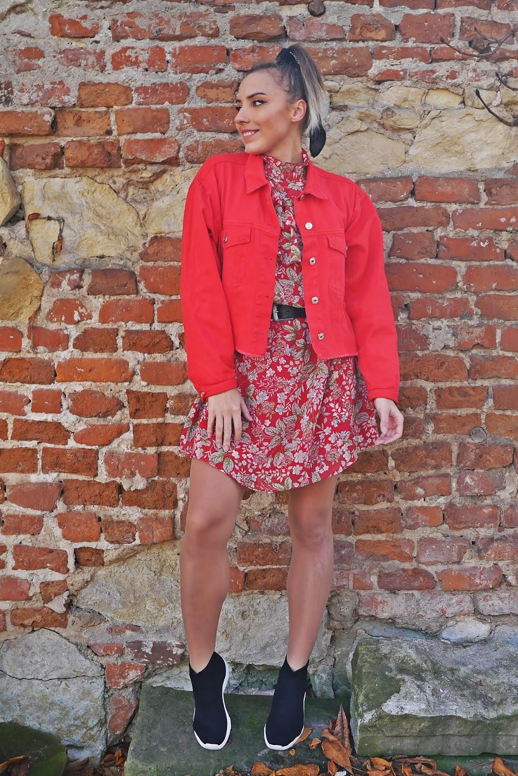 8_czerwona_jeansowa_kurtka_sukienka_w-kwiaty_bonprix_skarpetkowe_botki_renee_karyn_blog_modowy_121118