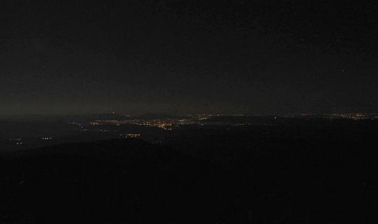 Nocny widok ze szczytu Babiej Góry w kierunku Śląska.