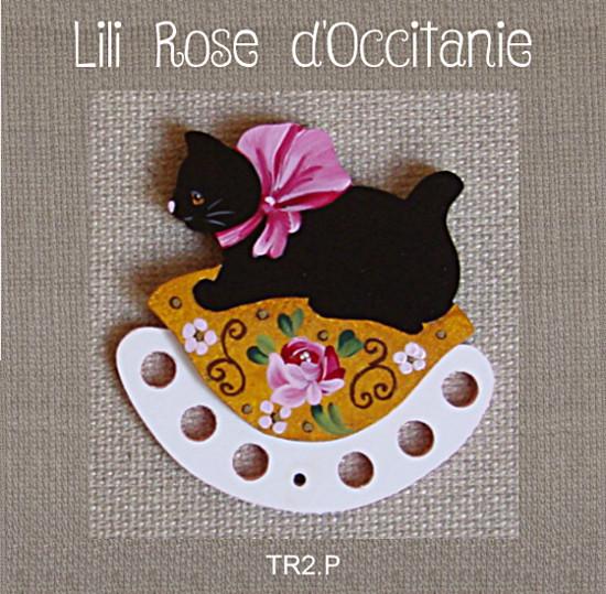 Tri-fils bois peint,chat noir sur coussin vieil or à fleurs. Broderie et point de croix