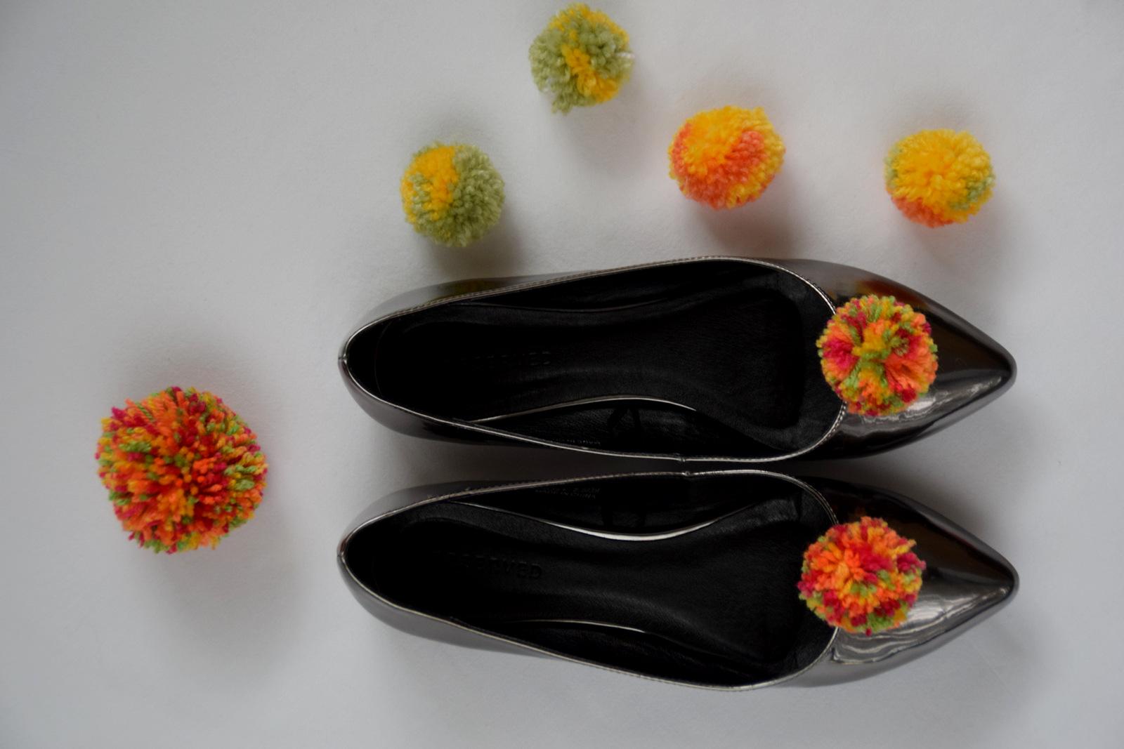 DIY: vyrobte si brošňu na topánky z vlny // pom - pom shoe brooch