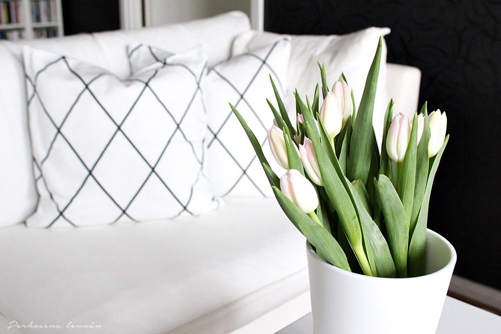 H&M Home koristetyynynpäällinen ristikkoruutu tulppaanit mustavalkoinen sisustus