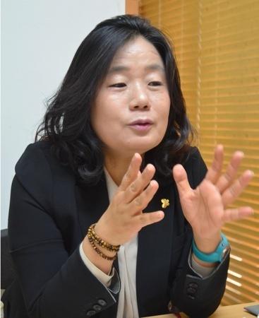 インタビューに答える挺対協の尹美香代表(共同)