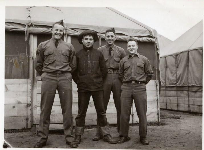 US servicemen Mengenakan Jeans Saat Santai Usai WWII