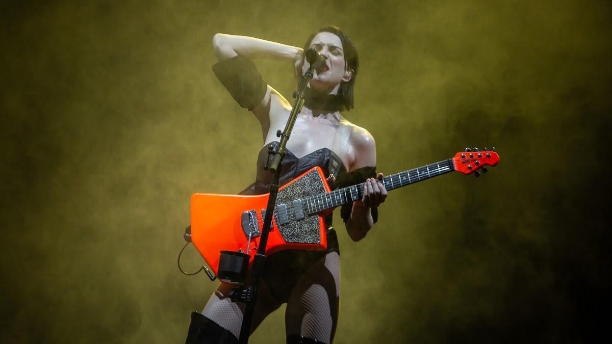 A cantora não chocou ninguém ao demonstrar suas habilidades na guitarra acompanhadas de vocais incríveis.