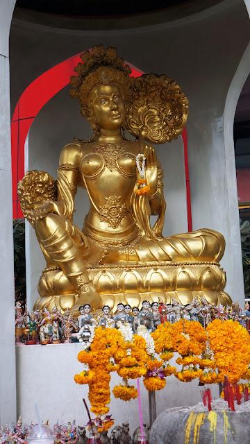 Изображение позолоченной фигурки божества, Бангкок