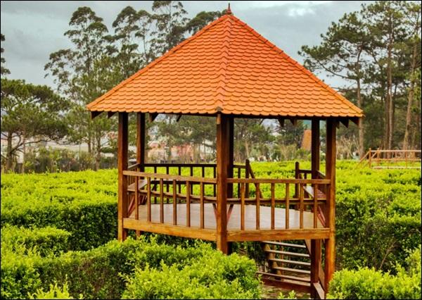 belo quiosque de madeira no parque