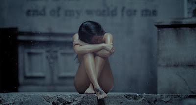 Wanita Sexy Bersedih dan Galau