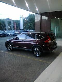 Mobil Honda CRV di parkir di halaman dealer mobil honda