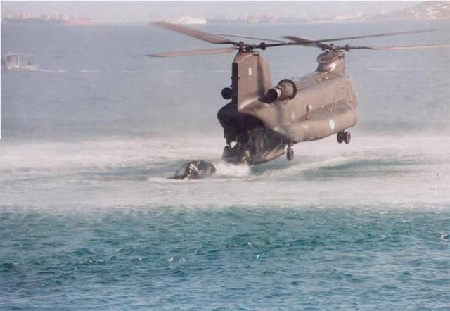 """Ελικόπτερο """"Σινούκ"""" σε βραχονησίδα για να παραλάβει ναυαγούς!"""