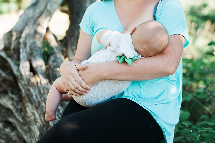 Check out these fantastic tips for soothing sore breastfeeding nipples!