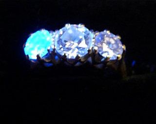 Como a luz ultra violeta incide sobre diamantes