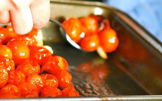 Ensalada caprese con tomates asados.