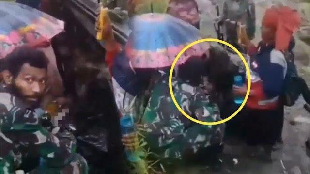 Beredar Video Prajurit TNI Bantu Ibu Melahirkan di Pedalaman Papua