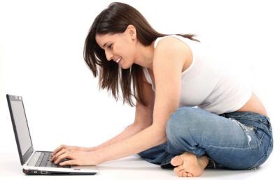 Mulher escrevendo no notebook