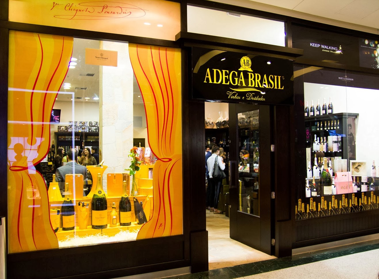 Um ano após inaugurar a primeira loja da rede em um shopping, a Adega  Brasil, do casal de sócios Waldomiro e Alessandra Fávero, termina o ano de  2013 com ... b37a4be05c