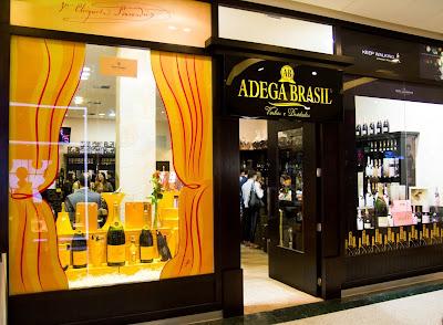 7bc036d66dd36 Um ano após inaugurar a primeira loja da rede em um shopping, a Adega Brasil,  do casal de sócios Waldomiro e Alessandra Fávero, ...