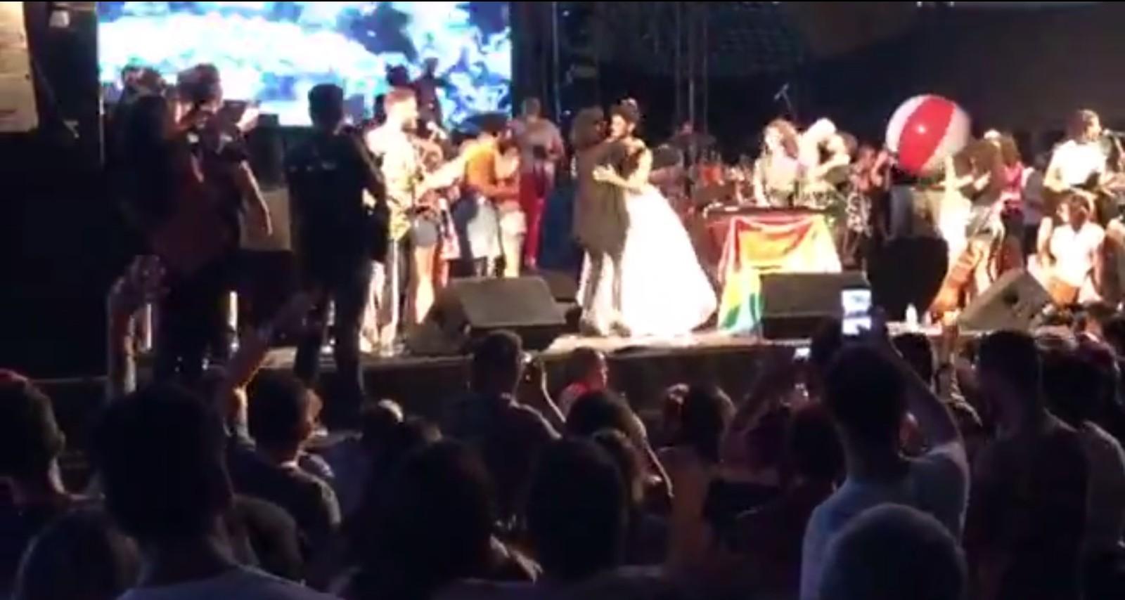 Festival de música em Natal teve protesto com 'beijaço' contra 'cura gay'; veja vídeo