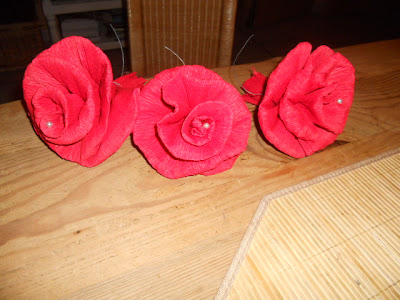 dekonette rosen aus krepppapier. Black Bedroom Furniture Sets. Home Design Ideas
