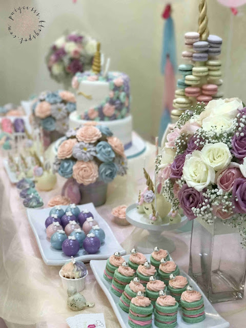 dessert-counter-flower-cupcake-macaroon