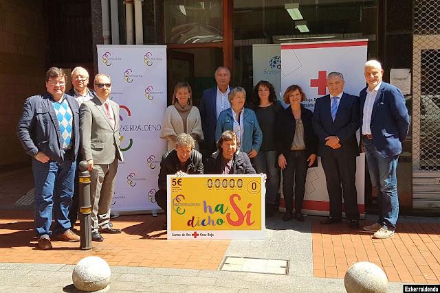 Firmantes del convenio entre Ezkerraldenda y Cruz Roja