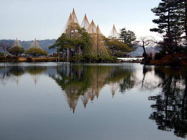 Árboles reflejados en el estanque de los jardines Kenrokuen