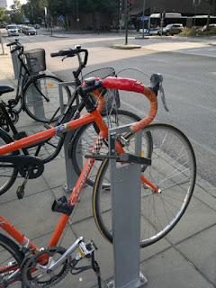 Man måste alltså lyfta upp cykeln.. Ett tydligt tecken på att de 80 procenten av Paretolagen varit i farten igen.