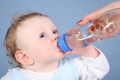 Trẻ dưới 6 tháng tuổi có cần uống nước hay không?