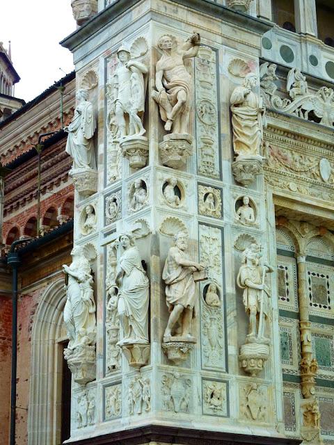 Detalle del lateral izquierdo de la fachada de la Cartuja de Pavia