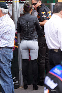 rico trasero jeans ajustados