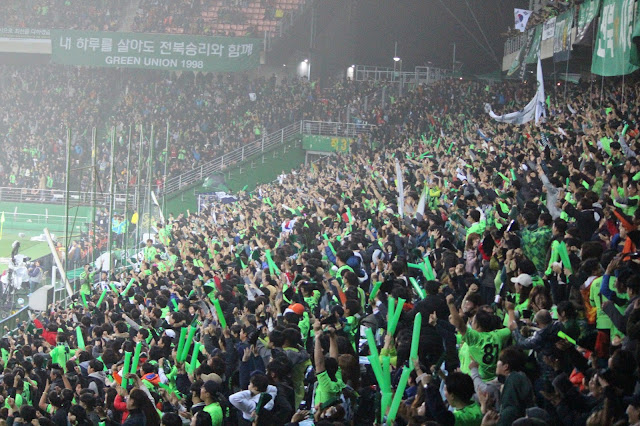 Jeonbuk Hyundai Motors 2017 Season Preview: Fans celebrate Leonardo's winning penalty in the 2016 AFC Champions League Final