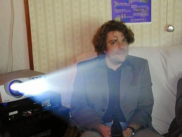 Am UBC-TV-Projektor, Gaste der Party Hanno Oelwein (Foto: Marek Schirmer)