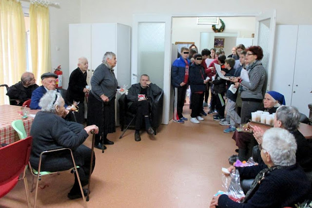 Μαθητές του 4ου Δημοτικού και το Κ.Π. Αριάδνη στο Γηροκομείο Ηγουμενίτσας (+ΒΙΝΤΕΟ)