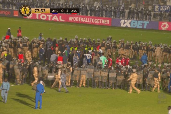 مشجعو الهلال يحطمون المدرجات ويحاولون اقتحام الملعب أمام الأهلي