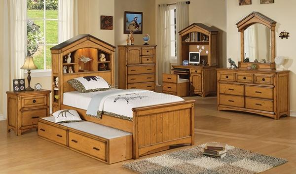 Furnitur kayu di kamar tidur