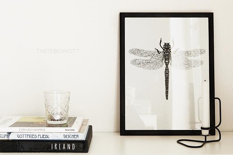 Kommode skandinavisch schlicht dekorieren in schwarz-weiß mit DIY Poster, Kerzenständer und Bildbänden für den Februar