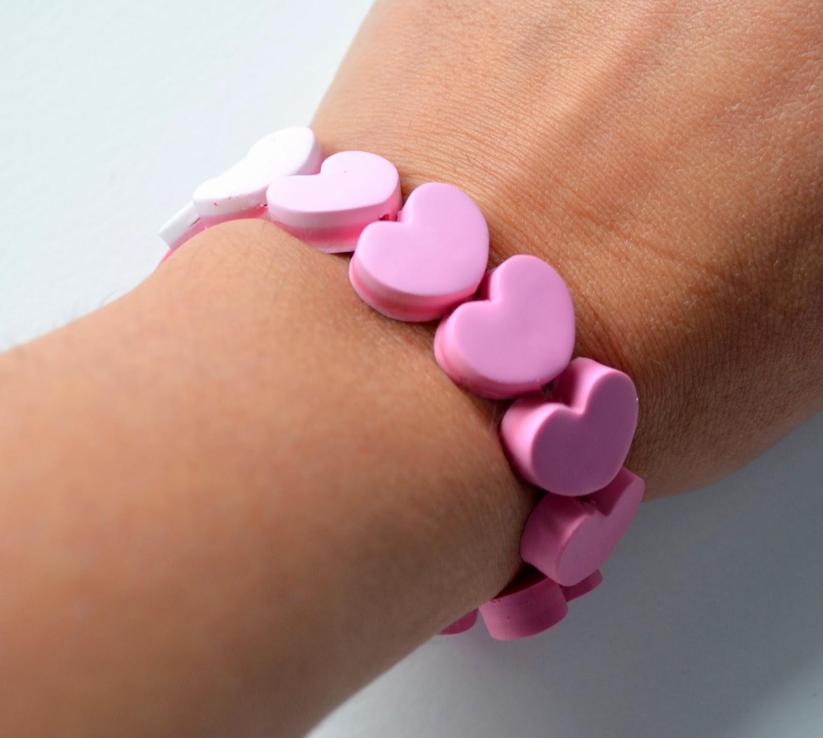 http://www.elrincondefrifri.com/2014/01/como-hacer-una-pulsera-de-corazones.html