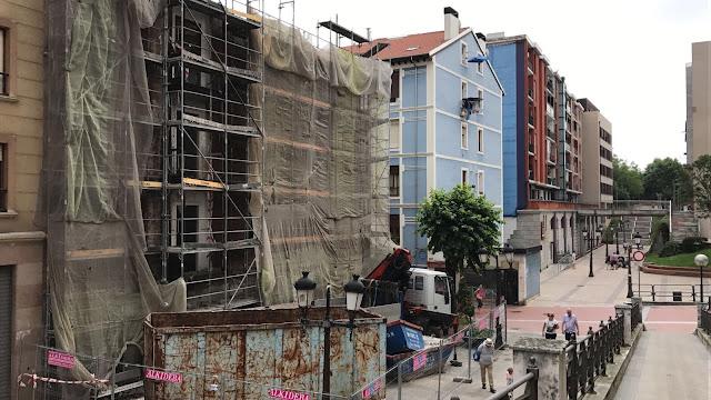 Trabajos de derribo del edificio de la calle Portu