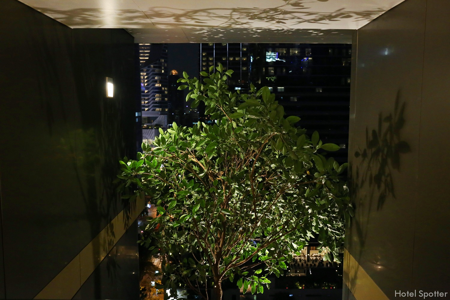 Hotel Indigo Bangkok Wireless Road - vertical garden