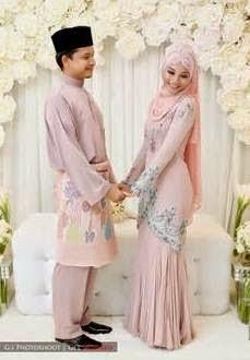 Desain baju pengantin muslim modern dengan warna soft elegan