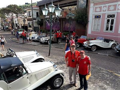 Os carros da Lafer ficaram esparramados pelo centro histórico de Socorro.