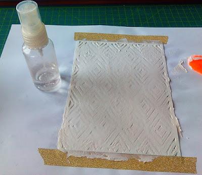 Наносим текстурную пасту через трафарет.
