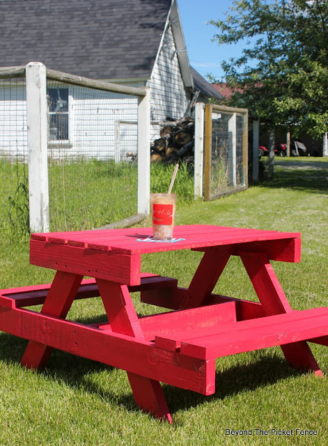 pallet picnic table, childrens table, pallet wood, reclaimed wood, salvaged,http://bec4-beyondthepicketfence.blogspot.com/2016/06/petite-pallet-picnic-table.html