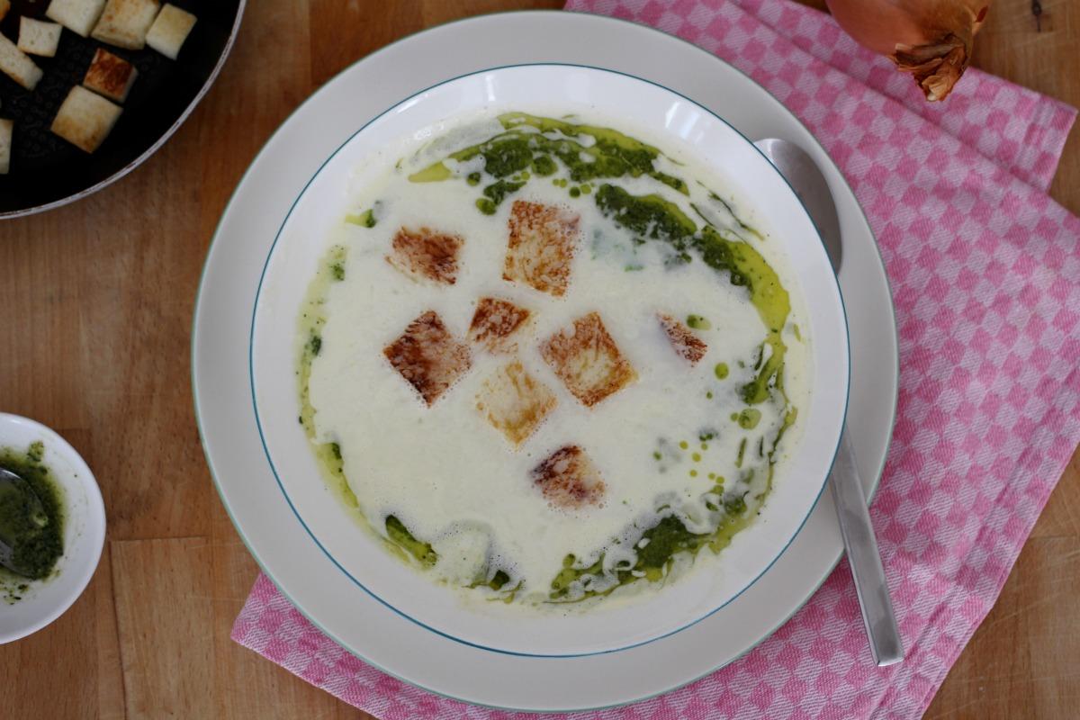 Spargelremesuppe mit Basilikumöl