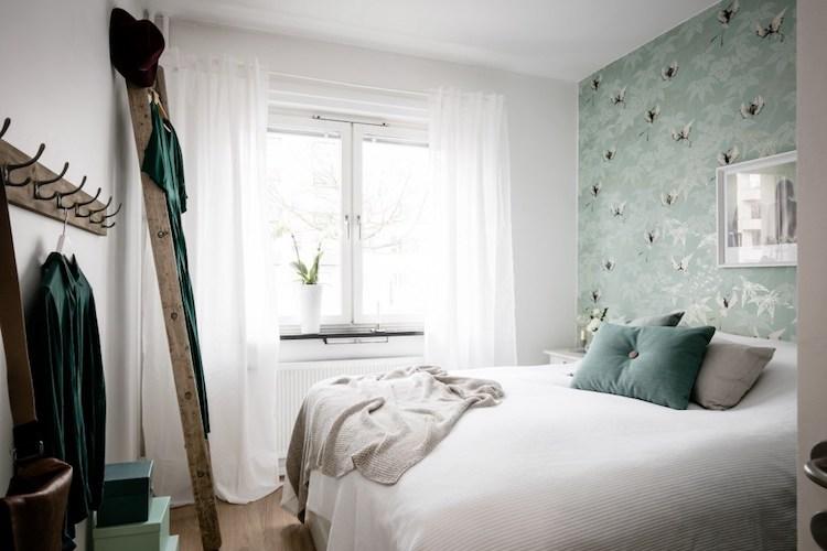 dormitorio pequeño con papel pintado