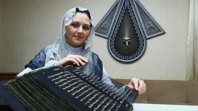 أول-مصحف-فى-العالم-من-الحرير-و-ألوان-الذهب-كالتشر-عربية
