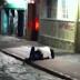 Casal Curitibano ignora o mundo e o frio, e troca carícias em calçada de funerária