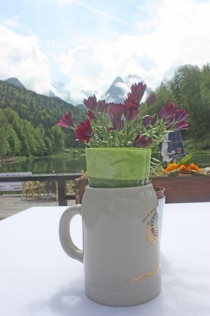 Bayerischer Hochzeitsempfang auf der Seeterrasse am Riessersee in Garmisch-Partenkirchen mit See und Bergpanorama